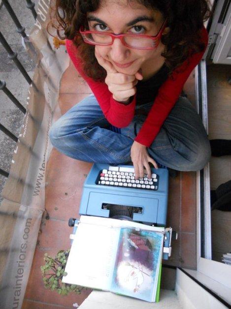 Hubo un tiempo en que escribía con máquina de escribir (solo eran cuentos de amor), de ahí la foto.