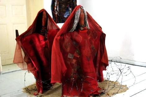 La Yonna. Instalación donde se trabajo tierra, metal y textil. Danza de resistencia de la cultura wayuu.