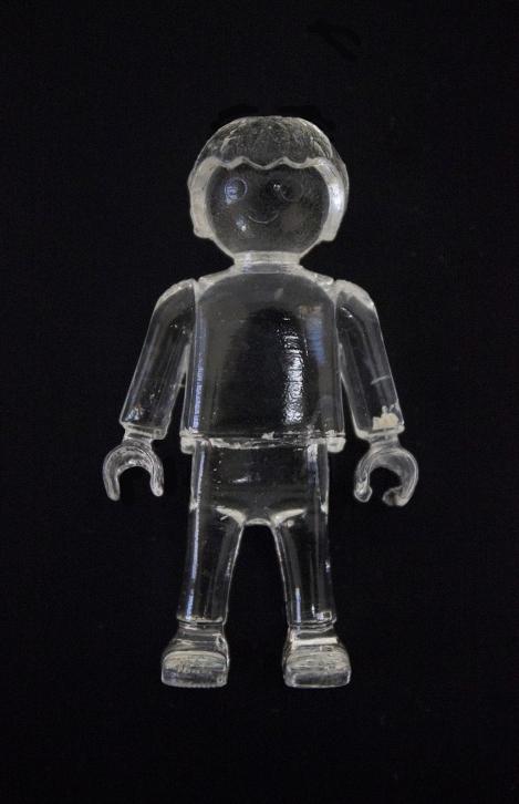 """Artista: Muriel Gallardo Título: Fragmento de la obra """"Todos mis tesoros son tuyos"""". Descripción, técnica y medidas: Playmobil hecho de resina, 10 cm."""